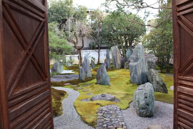 庭園美術館入口より望む前庭