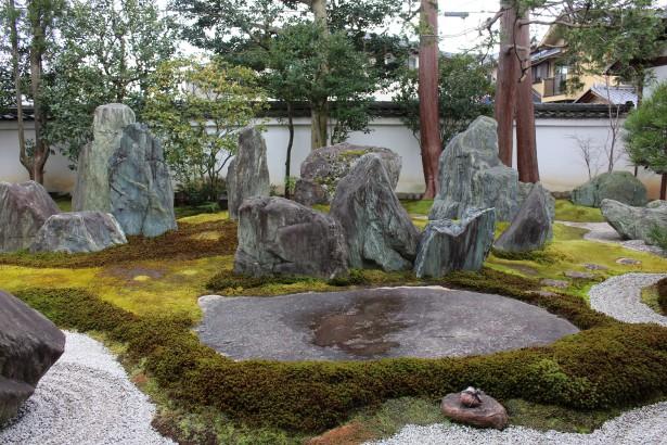 青石と苔を配した石庭