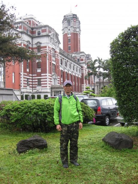 台湾総督府前庭でのI樹木医。もちろんここに入るにも許可が必要です。写真には写っていませんが周りには多くのガードマンが取り囲んでいます。そんな中、怪しげな迷彩色のズボンをはいて調査するI樹木医でした。