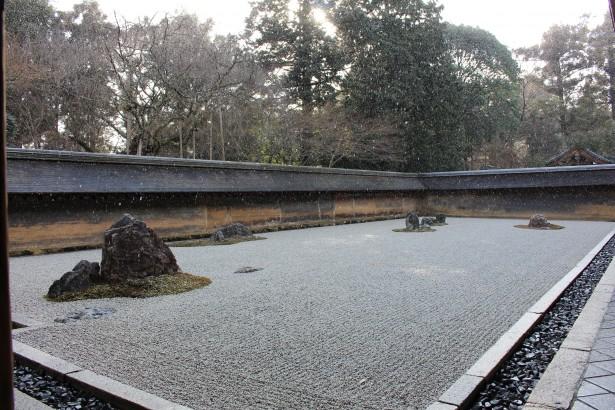 雪に煙る龍安寺石庭