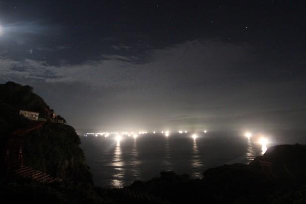夜の神社と海